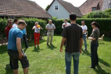 Gruppe mit Ball